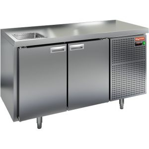 Стол холодильный, GN2/3, L1.39м, без борта, 2 двери глухие, ножки, -2/+10С, нерж.сталь, дин.охл., агрегат справа, зад.стенка нерж.сталь, мойка GN1/2