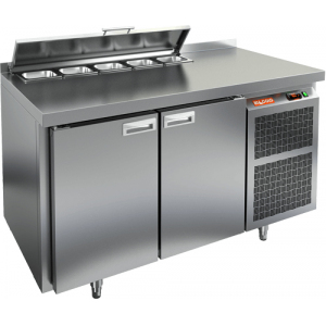 Стол холодильный саладетта, GN1/1, L1.39м, борт H50мм, 2 двери глухие, ножки, +2/+10С, нерж.сталь. дин.охл., агрегат справа, 5GN1/6, крышка